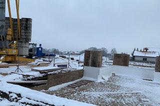 Blockhausbau im Winter - Blockhaus Baustelle bei Nürnberg in Bayern - Streifenfundament