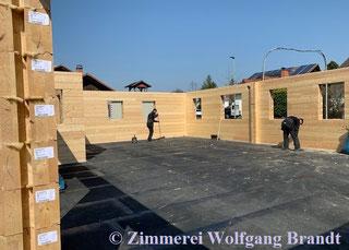 Eine ordentliche, aufgeräumte Baustelle im Hausbau reduziert immer ungemein Baustellenunfälle - Blockhausbau - Massivblockhaus - Holz - Baustelle in Hessen