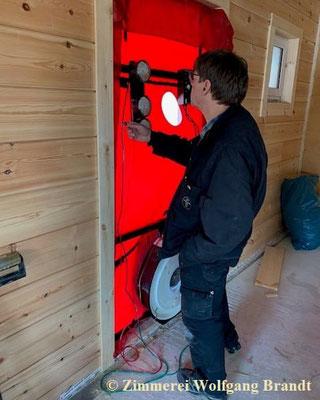 Blower Door Test - Holzhaus in Blockbauweise - Blockhausbau - Blockhausbauer in Deutschland