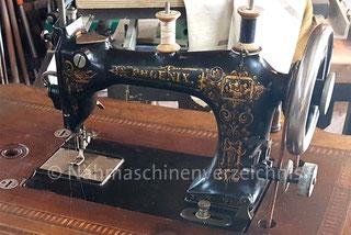 Phoenix D, Flachbettnähmaschine mit Rundgreifer, Baujahr ca. 1888, Hersteller: Phoenix Nähmaschinen AG Baer und Rempel, Bielefeld (Bilder: E. Kolb)
