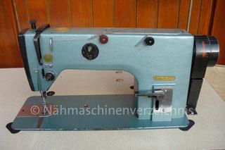 Geradstich-Gewerbe/Industrienähmaschine 1022 M (Orscha) mit Arbeitstisch, Kniehebel und Kraftstrom, Unterbaumotor (380V), hergestellt in Orscha, UdSSR (heute Russland) (Bilder: I. Naumann)