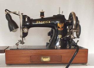 Phoenix 50, Geradestich-Nähmaschine, Flachbett, CB-Greifer, Fußantrieb, Anbaumotor möglich, Hersteller: Phoenix Nähmaschinen AG Baer und Rempel, Bielefeld, gebaut ca. 1937 bis 50er Jahre (Bilder: E. Mack)