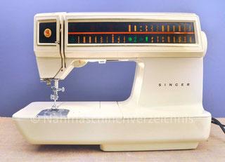 Singer Futura 2001, Automatic mit elektromechanischer Steuerung und Touch-Display, Freiarm-Koffer-Nähmaschine mit Einbaumotor, Baujahr ca. 1978, Hersteller: Singer … (Bilder: Nähmaschinenverzeichnis)