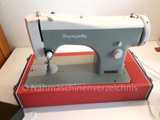 Necchi Superjolly, Flachbett-Haushaltsnähmaschine mit Geradestich und Einbaumotor, Hersteller: Necchi, Pavia, Italien (Bilder: A. Droste)