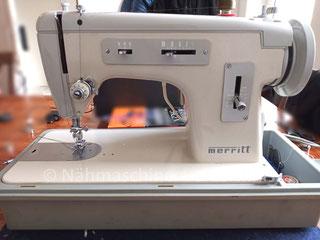 Singer Merrit 217, Zickzack-Flachbett-Koffernähmaschine mit Anbaumotor, Fußantrieb möglich, Hersteller: Singer Nähmaschinen Aktiengesellschaft (Bilder: S. Kissler)