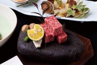 飛騨牛の石焼き。御ひいき筋様は「これははずせない!」おっしゃる方が多いのです。300度にまで熱した石で、お客様自身で焼いてお召し上がりいただきます。