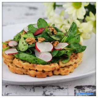 Käsewaffeln mit Blattsalat