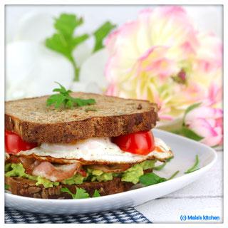 Sandwich mit Avocado, Speck und Spiegelei