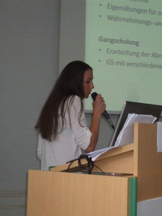 Frau Blumenschein, Physiotherapeutin, bei der Vorstellung von Alternativen und Bewegungen/Sport , bei der PNP