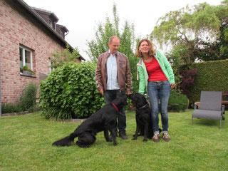Amira (rechts) mit ihrer Familie und Baddy