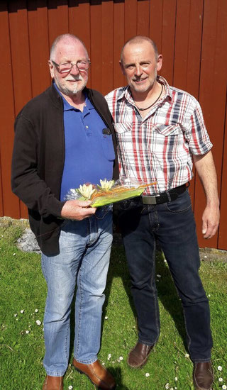 Hauptmann Wolfgang Dittrich gratuliert Karl-Heinz Jacob
