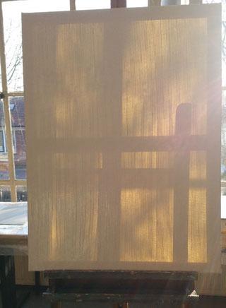 r staat een doek op een ezel, met daar achter het zonlicht wat je er door heen kan zien. Heel flauw is het relief van de dun opgebrachte witte verf te zien en de dwarslat, die het doek stevigheid geeft.