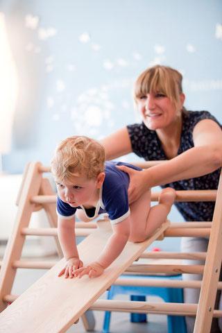Der kleine Junge wollte, ganz zum Erstaunen seiner Mama, an diesem Tag nicht nur auf das Klettergerät, sondern viel lieber darüberkrabbeln. Ich gab nur Sicherheit! Toll gemacht kleiner Mann, du warst sehr mutig!