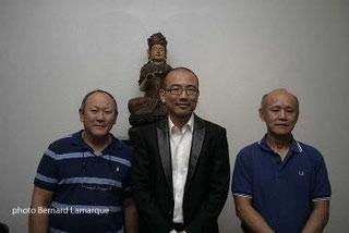 Les fréres Chan entoure Yu Zhou