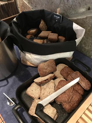 僕の好物の酸っぱいライ麦パン、固くて黒い本物のパン