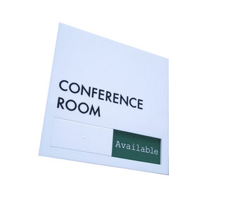 白いスタイリッシュな会議室サイン(英語版)