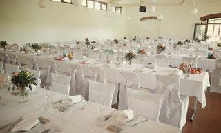 Saal mit Tischen für Hochzeitsfeier