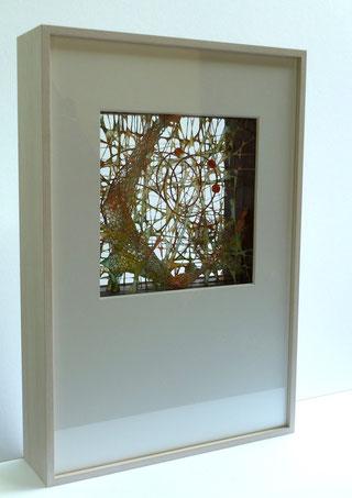 Piogmentierte Fasern vom Manilahanf über gespannte Drähte und Metallgewirke geschöpft, vier Schichten, Rahmen 55 x 38 x10 cm