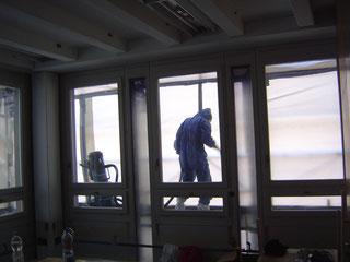 """Reinigungsarbeiten in einem sog. """"Schwarzbereich"""" unter Einsatz von Persönlicher Schutzausrüstung (PSA) und H1-Staubsauger."""