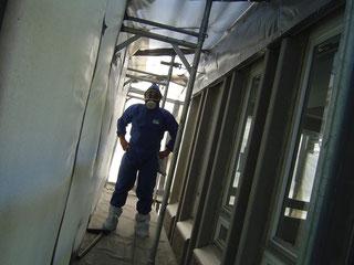 Visuelle Kontrolle eines Arbeitsabschnitts im Sanierungsbereich.