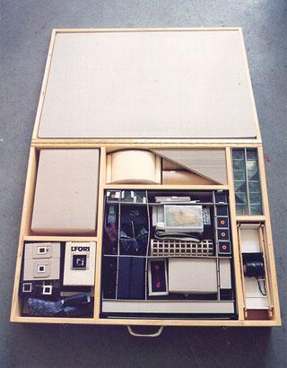 _Koffer/ Kasten, 68 x 91 x 14 cm, mit Arbeiten von 1994-97