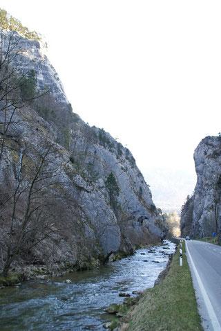 Kurz vor Moutier. Links und rechts laden Felswände zum Klettern ein