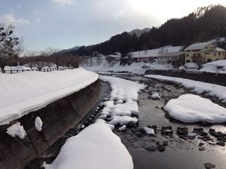 旅館正面の片品川。
