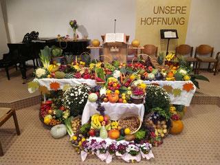 Der feierlich geschmückte Altar der Adventsgemeinde