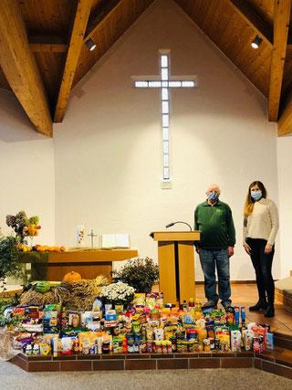 Julia Prescott von der Baptisten-Gemeinde und Tafel-Vorstand Walter Milde bei der Spenden-Übergabe