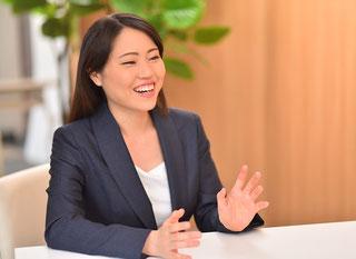 法律相談中の弁護士佐藤有紗