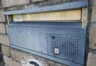 熊本県O様邸屋根・外壁塗装状況。 玄関前ポスト塗装BEFORE