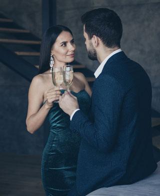 Frau und Mann mit Sektglas