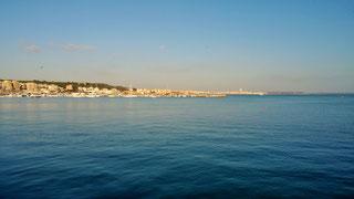 Der Fischer-Hafen von Anzio mit dem Blick auf Nettuno