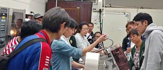 加工場にて。みんな機械には興味深々。