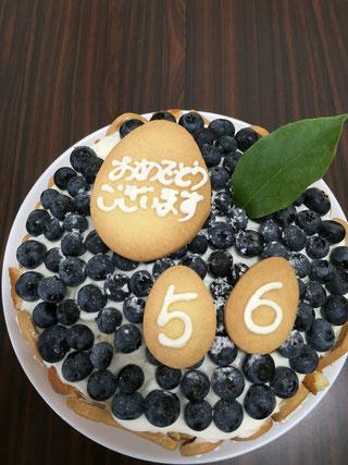 ブルーベリータルト。周りは卵型のクッキーで飾られています。