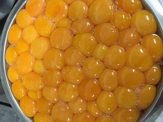 300個近い卵を割って卵白卵黄に分けます