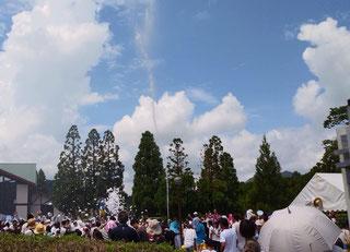 大量の泡と水が参加者に降り注ぎます!