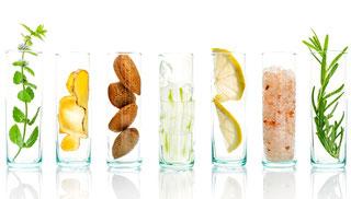 レモンジュース、アロエべラ、アーモンドを含むホームメイド化粧品の材料