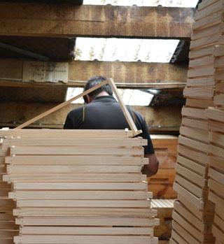 ビーキーパーには、養蜂の技術だけではなく大工仕事の腕も求められます。この写真は、クレイン・クリソルドが巣箱の枠を作っているところ。