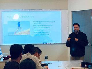 Nutriólogo Israel Padilla en una sesión de Nutrición Deportiva