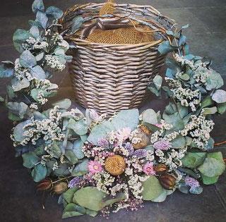 Türkranz mit Eukalyptus und Trockenblumen