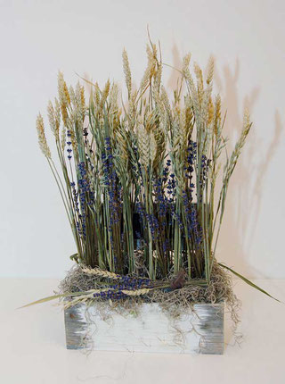Trockenblumengesteck mit Lavendel und Getreide