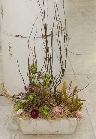 Trockenblumengesteck mit Strohblumen und Hopfen