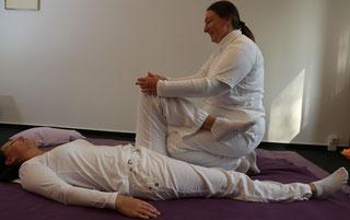 Heilpraktierin Angela Borack behandelt den Blasenmeridian mit Shiatsu