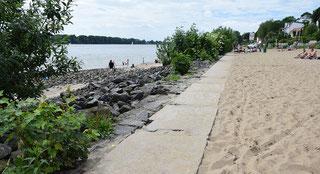Original-Foto des Granitpfades, Schlackensteine behindern den Zugang zum Wasser