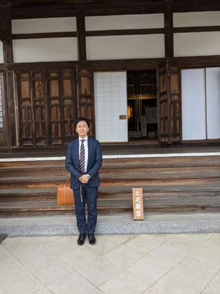 本堂の前で、ご講師の蓮谷先生。一年越しの思いで持って今回ご縁賜りました。お話も、その話し振りも皆さんよろこんでおられました。