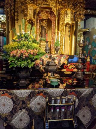 仏教婦人会の打敷は一年に一度だけ。阿弥陀さま、親鸞さま、蓮如さま、それぞれ古い打敷で、どれも百年以上前の貴重なものなのです。