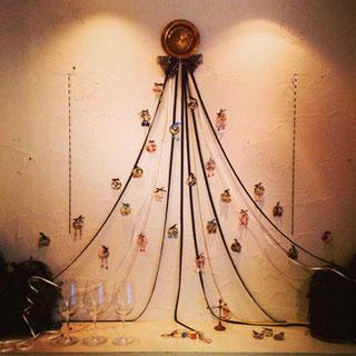 空間の全体感を決定づける、ツリーの形をした展示