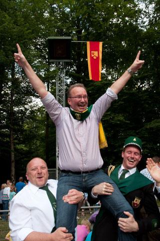 Manfred Greiwe freut sich nach seinem Königsschuss 2012