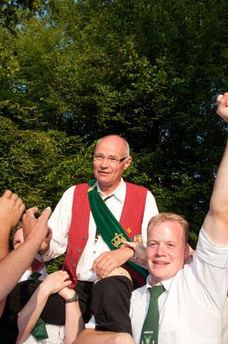 Alfons Book lässt sich nach dem Königschuss feiern